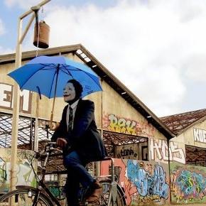 Radfahren mit Regenschirm